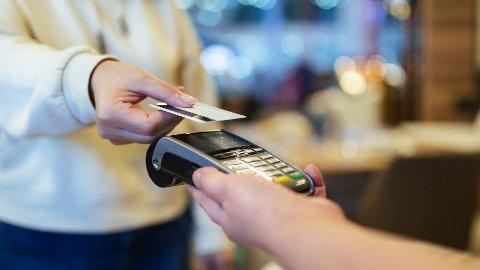 UKJENTE GEBYR: Visste du at noen banker tar seg betalt for at du foretar varekjøp i butikk? Det er flere gebyrer mange kanskje ikke er klar over. Foto: Kemal Yildirim (Getty Images)