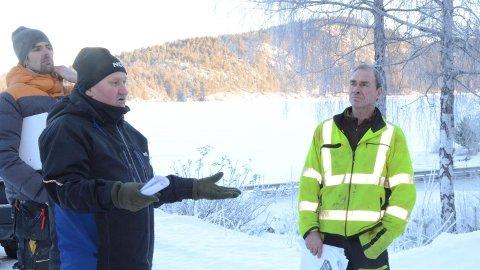 IKKE EGNET: Naboene Kristian Wefald (til venstre) og Bjørn Egil Strandskogen mener at området er helt klart ikke egnet for industri av denne størrelsen, utbygger Arne Olav Tveit til høyre.