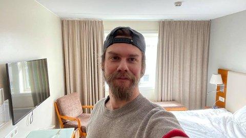 KARANTENEHOTELL: Carl Christopher Häggström må tilbringe minst én uke på hotellet i Sarpsborg. Han tar det hele med et smil.