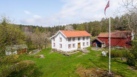 IDYLLISK: Småbruket med adresse Støleveien 4 ligger et par steinkast unna Støle kirke med kort avstand til Gåsmyr idrettsanlegg. Uthuset til venstre er også del av eiendommen. Låven til høyre tilhører naboen.