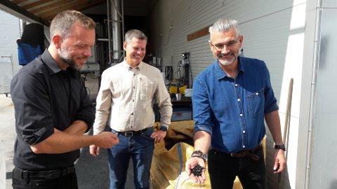 BIOKULL I LANDBRUKET: Ifølge Walter Aker (høyre) kan biokull brukes til å lagre CO2 i jorda. Du kan til og med spise det.