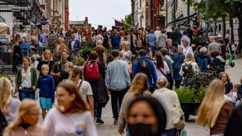 TAR HVERDAGEN TILBAKE: Folkeliv på Karl Johans gate i Oslo lørdag 31. august. Foto: Geir Olsen / NTB