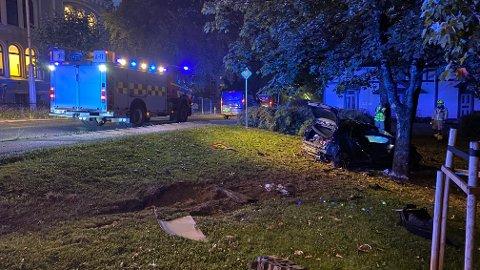 KOLLIDERT: En bil har kollidert i et tre lørdag morgen.
