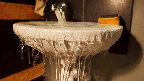 Vannskader: Når minusgradene truer, er det viktig å ta vare på fritidsboligen. Foto: Frende/ANB