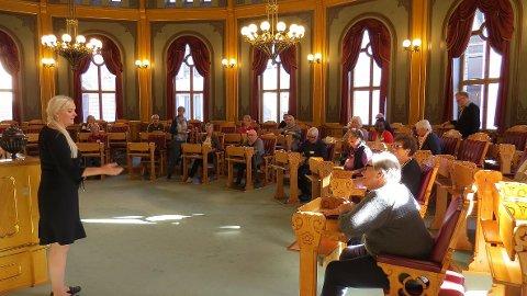 ÅSLAUG SOM GUIDE: Stortingsrepresenant Åslaug Sem-Jacobsen vise sine sambyginger rundt i Stortinget. Her er de i Lagtingssalen.