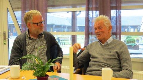 Norolf Henriksen i samtale med Svein-Helge Næsset i Skolandredaksjonen. (Foto: Cato Olsen)