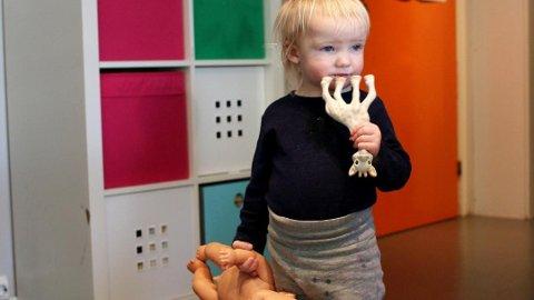 Lille Pernille putter stadig vekk plastleker i munnen. Denne sjiraffen er laget av ftalatfri naturgummi, oppgir produsenten, men både i hennes barnehage og i alle andre barnehager her til lands kan det være store mengder med plastleker som medfører en helserisiko. Foto: Tor Sandberg, Dagsavisen/ANB