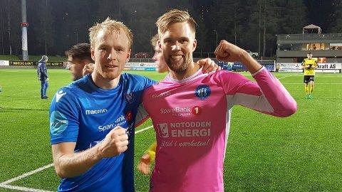 ER MED: Den rosa keeperen Jonatan Johansson blir med NFK også i 2019-sesongen etter at ny kontrakt er i havn. Her med Erik Midtgarden før den store opprykkskampen mot Fredrikstad høsten 2017. Midtgarden er også med i 2019-sesongen.