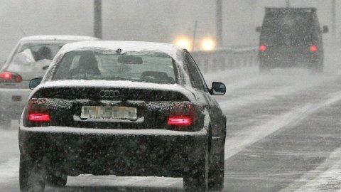 Mandag og tirsdag kan det komme snø i Sør-Norge. Det kan bety problemer for de som ikke har skiftet til vinterdekk. NB: iIlustrasjonsfoto. Foto: NTB