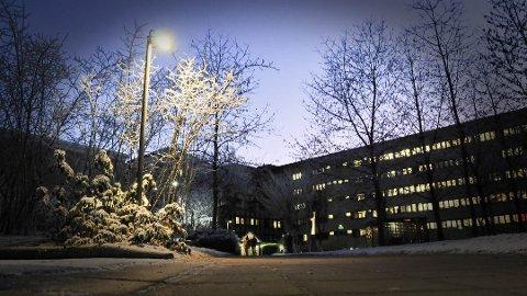 MÅ HOLDE AVSTAND: Den siste uka har Sykehuset Telemark blitt nøyere på at de ansatte må holde god avstand til hverandre.