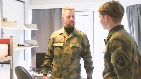 Geir Aker, bedre kjent som Fenrik fra Kompani Lauritzen, hadde en del ting å sette fingeren på da han besøkte soldatenes brakke på Jørstadmoen nylig.