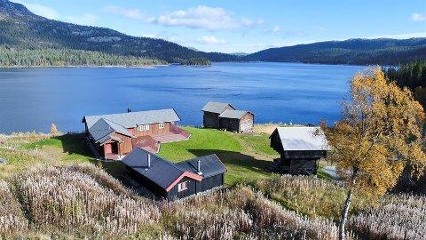 BONSVATN: Hovedhytta ligger ved Bonsvatn og er på 105 kvm og inneholder blant annet kjøkken, to stuer, tre soverom og to bad.