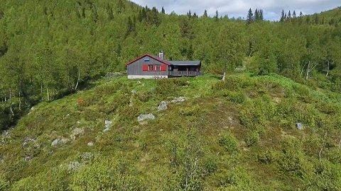 888: Med eiendommen følger det  jakt- og fiskerettigheter, og hytta ligger på 888 m.o.h. i landskapsvernområdet i Hjartdal kommune.