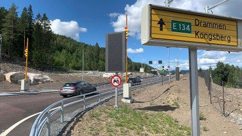NY VEI: Trafikken går nå på den nye veien forbi Kongsberg - og det åpner noen handelsmuligheter for Notodden. Enn så lenge.