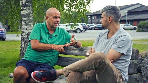 PÅ BOLKESJØ: Olaf Olsvik forteller programleder Leo Ajkic om hva som er viktig og vanskelig under rusbehandling.