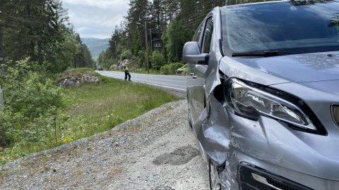 SMELL: Denne bilen fikk seg en bulk etter å kommet borti en annen bil på E134 på Meheia onsdag.