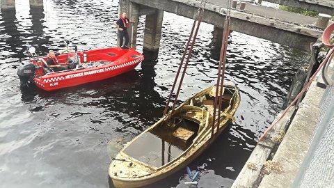 HEIST OPP: Notodden brannvesen og eiendomsavdelingen i Notodden kommune har gjort en jobb denne uken for å rydde opp langs vannkanten. Tre gamle båter er fjernet.