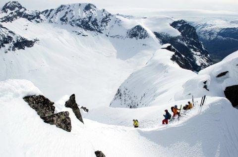 Spektakulært: Visit Nordmøre & Romsdal ønsker at filmselskapet Field Production nok en gang skal få tillatelse til lavtflyging og helikopterlanding i forbindelse med filming av spektakulære ski- og snowboardstunt fra seks ulike fjelltopper i Trollheimen og Innerdalen landskapsvernområder, deriblant Hovsnebba hvor dette bildet er tatt.