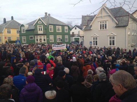 """""""Ja til demokrati, slutt på råttenskapen"""" er en av parolene under demonstrasjonstoget i Kristiansund sentrum søndag."""