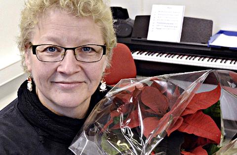 Stjerne: Merete Fjeldvær møte mange små stjerne i sitt arbeid ved kulturskolen på Averøy. Nå har hun fått et julestjerne som takk for innsatsen.
