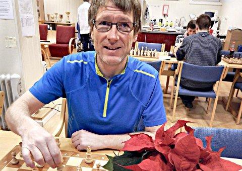 Roger Hojem har brukt utallige timer på å lære barn og unge å spille sjakk.