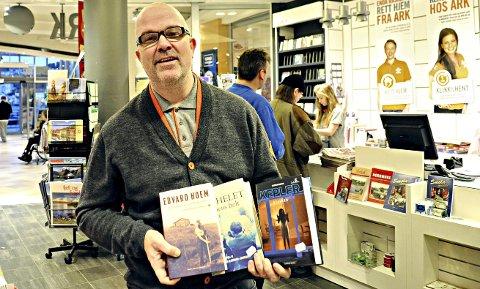 Papirbøker: Kjell Juul hos Ark på Amfi Storkaia vet det blir mange romaner å finne under de nordmørske juletrær i år. For eksempel disse av Edvard Hoem, Jon Michelet og Lars Kepler.