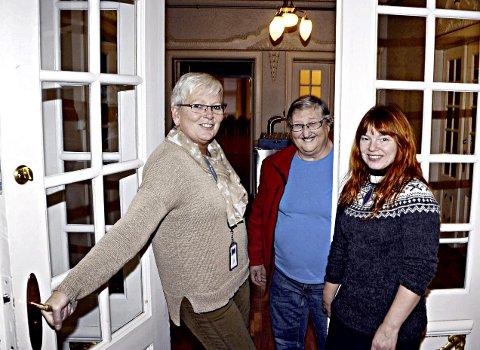 Klokka 17.00, når jula ringes inn, skal denne døra til selskapslokalene åpnes, sier Edith Bjerkan, Anne Marie Wærstad og Jeanette Weiseth Kanestrøm.
