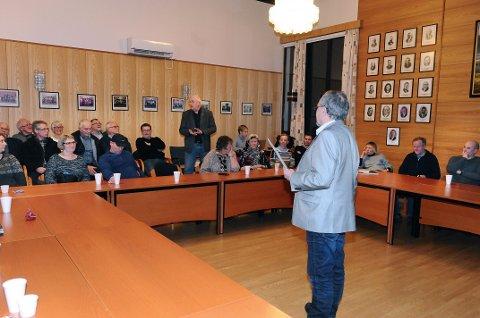Kolbjørn Gaustad (stående) har fortsatt innvendinger mot kunstverket på Vevang. Men han er trolig i mindretall. Foran ordfører Ove Silseth.