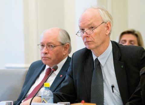 Per Olaf Lundteigen blir saksordfører for sykehushøring. Til venstre Martin Kolberg, leder av Stortingets kontroll- og konstitusjonskomité.