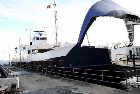 Sambandet opereres til vanlig av fergene MF «Stordal» og MF «Bjørnsund». Her er «Stordal» ved en tidligere anledning.