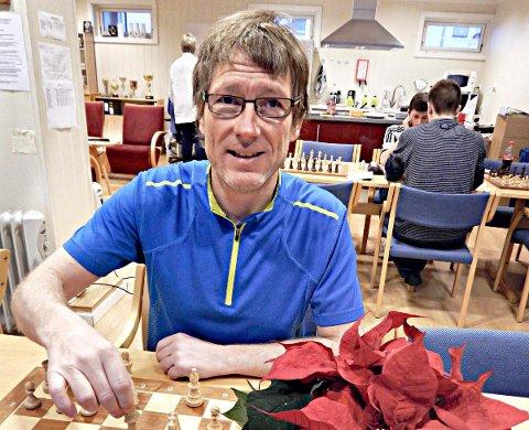 Roger Hojem brenner for sjakk. I februar starter Kristiansund Sjakklubb opp et nytt tilbud som er forbeholdt menn og kvinner over 25 år.