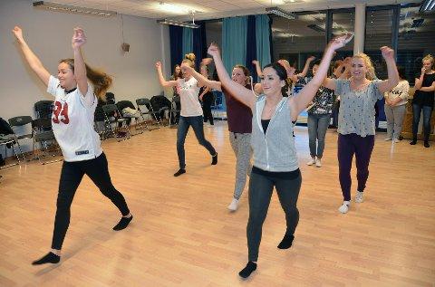Rakel Schei (til venstre) og Rachel Aabel instuerer sine medruss i en av dansene som skal være med på revyen i februar.