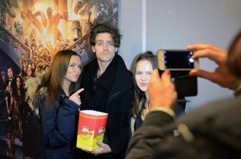 Ingrid Aspen og Marthe Emilie Alterskjær fikk møte Tayo Cittadella Jacobsen, som spiller Fab i den nye filmen «The Dextape».