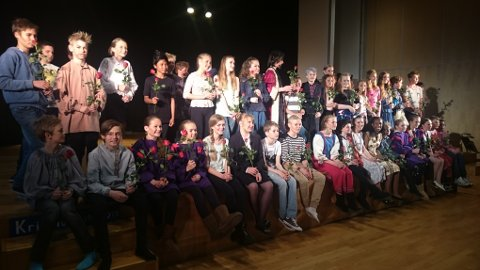 Alle elevene fikk utdelt roser for jobben.