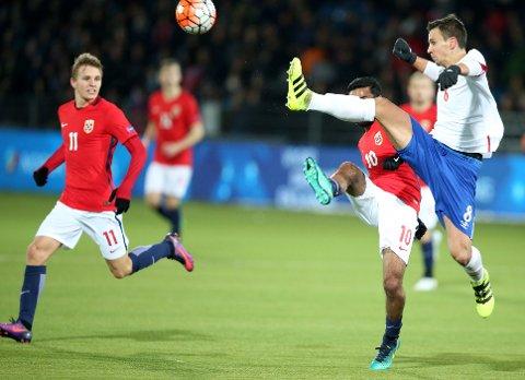 Serbia og Nemanja Maksimovic knep den siste plassen i EM-sluttspillet for U21-lag, selv om Norge med Martin Ødegaard (til v.) vant tirsdagens returkamp.