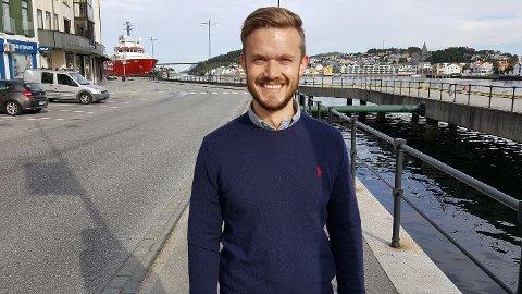 Den unge og fremadstormende stortingskandidaten Vetle Wang Soleim advarer Møre og Romsdal mot å late som at verden står stille utenfor kontorvinduene.
