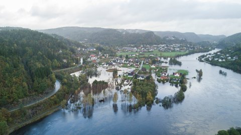 Dronefotoet viser hvordan elven Otra har gått over sine bredder ved Mosby nord for Kristiansand.