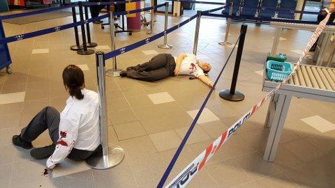 Øvelse: Nødetatene øver torsdag formiddag på Kristiansund lufthavn Kvernberget. På bildet ligger markører med påsminkede skader.