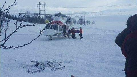En kvinne ble hentet med helikopter etter å ha skadet seg i Torbudalen torsdag. Foto: Ronni Rød Jensen