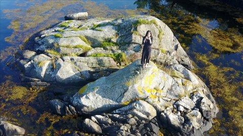 STILLER UT: Florence Lam er fra Hong Kong, men fredag kveld åpner hun kunstutstilling på Surnadalsøra.