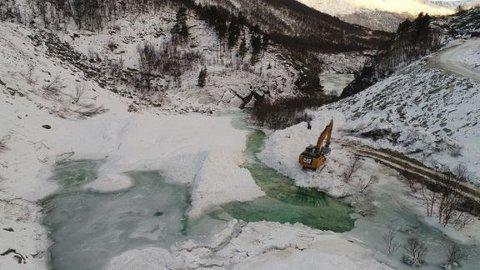 NVE har gravd kanal gjennom snødemningen i Driva. Foto: NVE/Simon Oldani