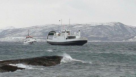 """Ved 11.50-tiden lå """"Tingvoll"""" stabilt til ankers ikke langt fra land på Edøya. Redningsskøyta """"Erik Bye"""" passet på."""