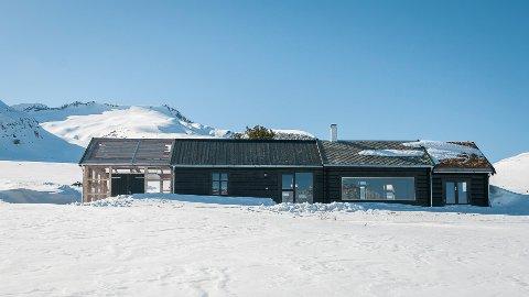 Hytta er som en tidsmaskin for norske byggeteknikker. Fra venstre: Stavlinekonstruksjon, moderne sinklaft, barkelaft fra 1800-tallet og til slutt middelalderlaft med torvtak.