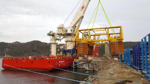Havbunnsrammen til Dvalin ble i april i fjor løftet fra kaien i Egersund til installasjonsfartøyet «Deepsea Explorer».