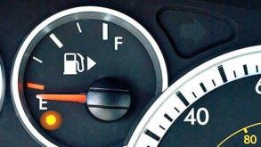 Mange kjenner ikke til «trikset» med plasseringen av bensinslagen i symbolet. Derfor har en pil som viser hvor tanklokket sitter blitt mer vanlig på nyere biler. Slik som dette bildet viser.