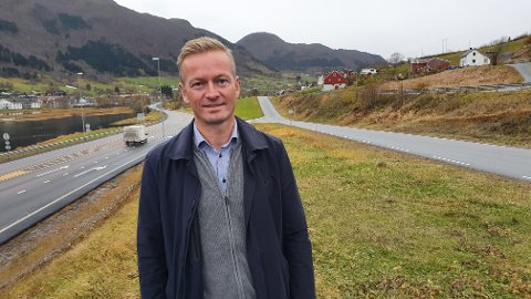 Helge Orten (H) vil ikke lukke døra for å prioritere ny vei gjennom Batnfjorden (bildet) i stedet, hvis fylket og regionen har et sterkt ønske om det..