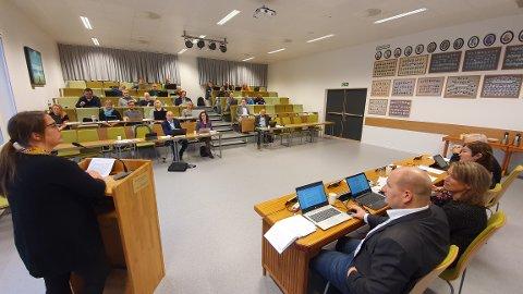 Rådmannen vil ha direktesending av kommunestyremøtene i Averøy. Her forteller Signhild Marie Kongshaug om Arbeiderpartiets syn i skolesaken under budsjettbehandlingen 12. desember 2019.
