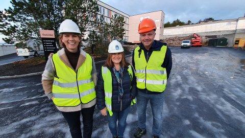 Innflyttinga starter i mai. Siv Iren Stormo Andersson (fra venstre), Anni Jensen og Kjell Neergaard gleder seg over at nye Rokilde blir ferdig et halvt år før skjema.