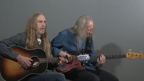 Øivind Elgenes og Kyrre Sætran introduserer hvert innslag akustisk fra studio før det glir rett over i konsertopptak.