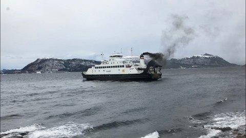 Det ryker kraftig fra Svanøy.
